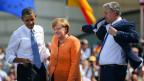 US-Präsident Barack Obama (L), die deutsche Bundeskanzlerin Angela Merkel (M) und Bürgermeister von Berlin Klaus Wowereit (R) verlassen  die Bühne am Brandenburger Tor in Berlin, Deutschland, 19. Juni 2013.