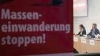 Die Zürcher SVP Kantonsrätin Anita Borer, SVP Parteipräsident Toni Brunner, während einer Medienkonferenz der SVP über die Einwanderungsinitiative «Masseneinwanderung stoppen» am Montag, 25. Juli 2011, in Bern.