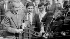 Ungarische Aussenminister Gyula Horn (rechts) und sein österreichischer Amtskollege Alois Mock zerschneiden den «Eisernen Vorhangs» an der ungarisch-österreichischen Grenze bei Hegyeshalom 27. Juni 1989. Archiv.