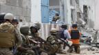 Ein Selbstmordattentäter und mehrere bewaffnete Männer überfielen am 19. Juni 2013 das Uno-Gelände in der somalischen Hauptstadt Mogadischu. Security-Agenten beim Sichern des Gebäudes.