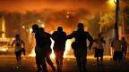 Polizisten verhaften einen Demonstranten während einer in Rio de Janeiro, Brasilien am 20. Juni 2013. Ungefähr 300 000 Menschen protestierten im Stadtzentrum.