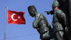 Eine türkische Fahne flattert in der Nähe des Denkmals von Mustafa Kemal Ataturk am Taksim-Platz in Istanbul am 24. Juni 2013.