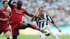 Giorgio Chiellini (R) von Juventus und Victor Ibarbo von Cagliari. Auch Juventus Turin soll Steuern hinterzogen und Geld gewaschen haben.