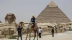 Der Tourismus war Ägyptens wichtigster Devisenbringer. Früher  kamen Hunderte von Touristen, heute bleiben sie zu Hause.  Entsprechend ist die Stimmung bei den Händlern.  Pyramide von Giza.