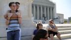 Die Homosexuellen Chase Hardin (L) und Sam Knode (2nd L) warten vor dem  U.S. Supreme Court in Washington und hoffen, dass die Ehe unter Gleichgeschlechtlichen erlaubt wird.