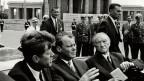 US-Präsident John Fitzgerald Kennedy sagt vor rund 300'000 Menschen auf dem Hauptplatz vor Schöneberg Rathaus in West-Berlin am  26. Juni 1963 die legendären Worte «Ich bin ein Berliner».