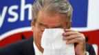 Albaniens Premierminister Sali Berisha wischt sich Tränen weg während der Pressekonferenz in Tirana am  26. Juni 2013.