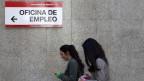 Trotz guter Bildung finden viele junge Menschen vielerorts in Europa keine Arbeit. Zwei Mädchen vor einem Arbeitsamt in Madrid.
