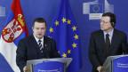 Der serbische Ministerpräsident Ivica Dacic und der EU-Kommissionspräsident José Manuel Barroso (rechts) an der gemeinsamen Pressekonferenz in Brüssel  am 26. Juni 2013.