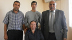 Der Lehrer Abusairov mit seiner Familie in der Flüchtlingssiedlung in Agcabedi.