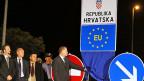 Die neue Beschriftung an der kroatisch-serbischen Grenze wird eingeweiht.