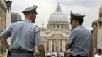 Zwei Polizisten der Guardia di Finanza im Gespräch vor dem Petersplatz.