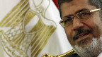Der ägyptische Präsident Mursi verhandelt mit der mächtigen Armee.