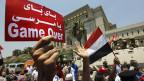 Ägypter feiern vor dem Sitz der Verfassungsgerichts in Kairo die Vereidigung von Adli Mansur. Auf dem Transparent steht: «Bye bye Mursi».