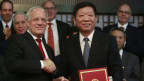 Bundesrat Schneider-Ammann und der chinesische Handelsminister unterzeichnen Freihandelsabkommen.
