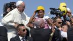 Papst Franziskus mit einem afrikanischen Kind, am 8. Juli 2013 auf der Insel Lampedusa..