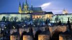 Blick auf die tschechische Hauptstadt Prag: Karlsbrücke, Prager Burg und im Hintergrund die Wenzelskathedrale.