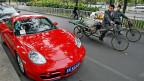 Ein Porsche Cayman in einem reichen Quartier Pekings.