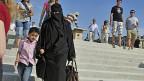 Burka-Trägerin mit ihrem Sohn in Paris.