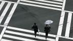 Manager auf einer Strassenkreuzung in Tokio.