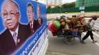 Wahlplakat in Kambodschas Hauptstadt Phnom Penh. Premier Hun Sen ist der Mann in der Mitte.