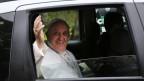 Papst Franzikus I winkt aus seinem Auto den Anwesenden zu. Er sucht bewusst die Nähe zur Bevölkerung.