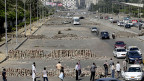 Barrikaden aus Mauersteinen auf einer Strasse die vom Zentrum Kairos nach Nasr City führt - wo die Muslimbruderschaft ihr Camp hat.