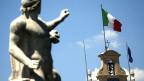 Italien: Quo vadis? Die italienische Flagge am Palazzo Quirinale in Rom am 2. August 2013.