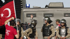 Szene vor dem Gericht in Silivri; der vor fünf Jahren begonnene Prozess ging am Montag  zu Ende.