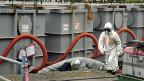 Ein Tepco-Angestellter arbeitet an den Wassertanks des AKW von Fukushima.