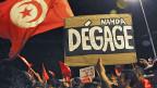 In der Nacht von Dienstag auf Mittwoch waren Zehntausende auf den Strassen von Tunis. Auf dem Protestplakat steht: «Ennahda zieh dich zurück!».