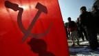 Der Schatten eines Aktivisten hinter einer maoistischen Flagge, während eines Streiks im Februar 2013 in Kathmandu.