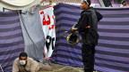 Eine Polizistin steht neben einem Demonstranten bei der Räumung eines Camps in der Nähe der Universität von Kairo am 14. August 2013.