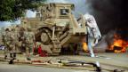 Die ägyptischen Sicherheitskräfte räumten die Zeltlager der Muslimbrüder auf dem Nahda Platz in der Nähe der Universität von Kairo Ägypten am 14. August 2013 mit Bulldozern.
