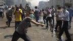 Mitglieder der Muslimbruderschaft und Anhänger des gestürzten ägyptischen Präsidenten Mohamed Mursi schreien Parolen bei Zusammenstößen mit der Polizei und der Armee in der Gegend des Rabaa Adawiya Platzes in Kairo am 14. August 2013.