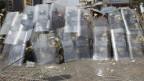 Polizei und Armee Soldaten schützen sich mit Schilden gegen Mitglieder der Muslimbruderschaft und Anhänger des gestürzten ägyptischen Präsidenten Mursi, die bei Zusammenstössen in Kairo am 14. August 2013 mit Steinen werfen.