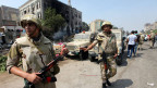 Die ägyptische Armee steht Wache vor der ausgebrannten Rabaa Adawiya Moschee in Kairo am 15. August 2013.