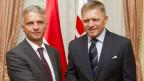 Der slowakischen Premierminister Robert Fico (rechts) begrüsst den Schweizer Aussenminister Didier Burkhalter in Bratislava, Slowakei am 15. August 2013. Burkhalter befindet sich auf einem eintägigen Besuch in der Slowakei.