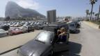Touristen schwitzen an der Grenze zu Gibraltar