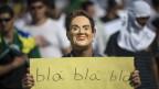 Bild Brasilien: Ein Demonstrant, maskiert als Präsidentin Rousseff, fordert, dass die Regierung Ernst macht mit Reformen.