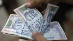 Mahatma Gandhi ist zwar auf die Rupie gedruckt, aber seine Stärke fehlt dem indischen Geld.