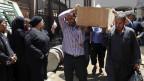 Die Liste der Opfer wird länger; die Gewalt artet immer mehr aus. Ägypter tragen einen Sarg von der Leichenhalle Zenhoum zur Beerdigung.