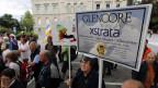 Am 7. Februar 2012 fusionierten Glencore und Xstrata zu einem Megakonzern. Rund 300 Personen haben in Zug gegen die Fusion demonstriert.