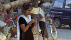 Nisha hält Ausschau nach Prostituierten. Nisha war selbst eine Prostituierte in Indien und hilft nun NGOs bei der Identifizierung von Mädchen, die in die Prostitution gedrängt werden. Es gibt schätzungsweise 200 000 Frauen aus Nepal, die als Prostituierte in Bordellen in ganz Indien arbeiten.