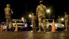 Ägyptische Armee-Soldaten kontrollieren einen Checkpoint während der Ausgangssperre in einer Strasse nach Kairo am 20. August 2013.