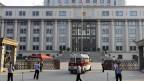 Polizisten bewachen das Haupttor des Gerichts, wo der Prozess gegen den chinesischen Politiker Bo Xilai in Jinan, Provinz Shandong stattfindet am  22. August 2013.