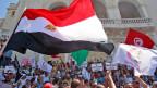 Tunesien kommt nicht zur Ruhe. Demonstranten schwenken verschiedene Fahnen in Tunis, am 16. August 2013.
