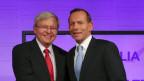 Australiens Premierminister Kevin Rudd (links) und Oppositionsführer Tony Abbott schütteln sich die Hände zu Beginn der Leader Debatte im National Press Club in Canberra am 11. August 2013.