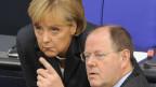 - Bundeskanzlerin Angela Merkel, links, und Bundesfinanzminister Peer Steinbrück. Archivbild.