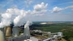 Braunkohle-Kraftwerk Boxberg, Sachsen; im Hintergrund der Tagebau Nochten. Tag für Tag werden hier 60'000 Tonnen Kohle verfeuert. Zu DDR-Zeiten war Boxberg das grösste Kohlekraftwerk Europas und eine berüchtigte Dreckschleuder - und gilt auch heute noch als Klimakiller.